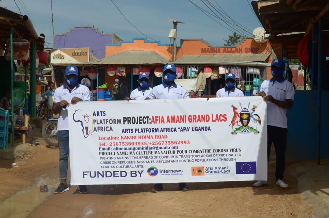 Ouganda : L'équipe de sensibilisation d'Arts Platform Africa effectue une tournée afin de soutenir les mesures gouvernementales contre la propagation de la pandémie de coronavirus